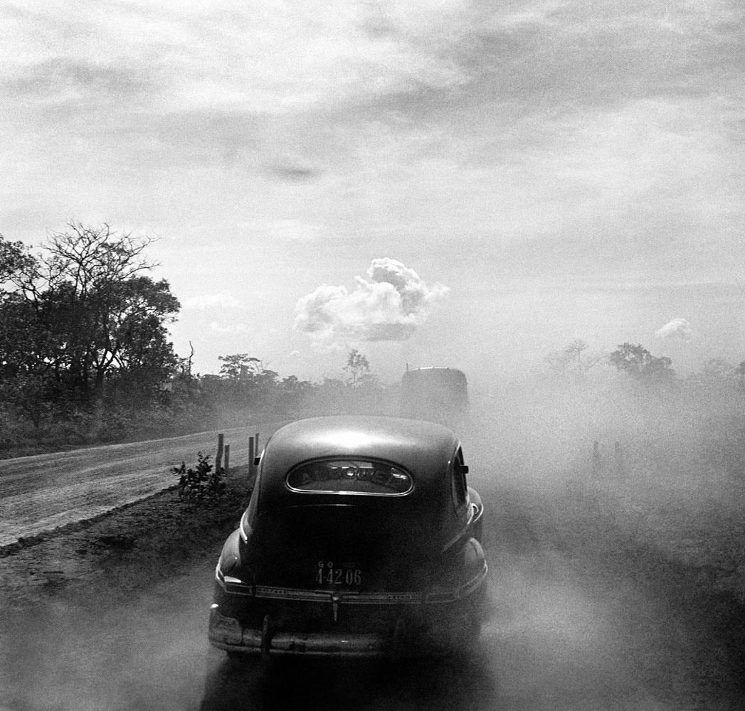Construção e inauguração de Brasilia, carros, estrada. 2