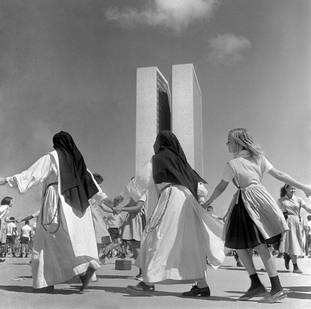 Construção e inauguração de Brasilia, freiras, festa 4