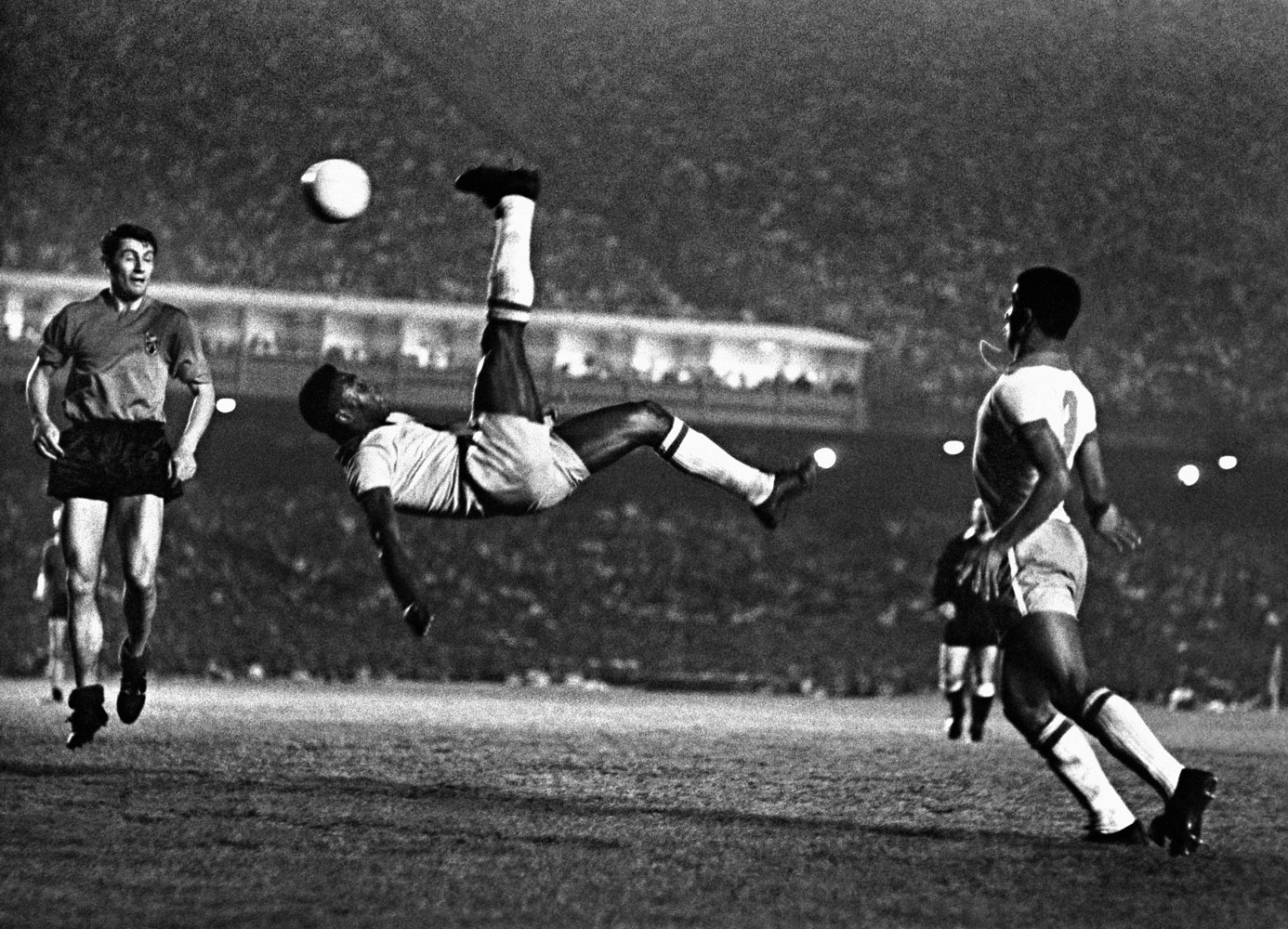 Bicicleta do Pelé no jogo Brasil e Bélgica Maracanã, 1965 100x74-The-great-kick-in-the-skyMN