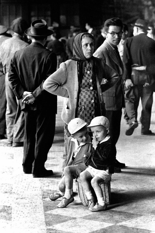 Mulher com crianças em Portugal 2
