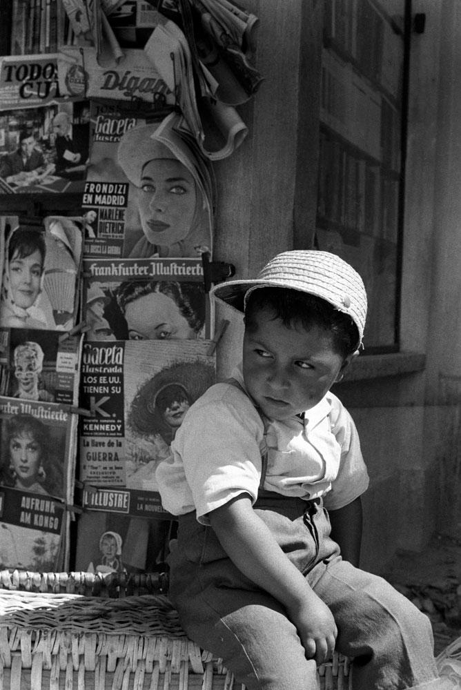 Menino em Portugal na banca de revistas e jornais 5