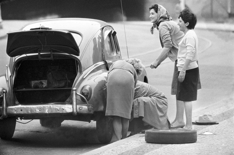 Grupo de mulheres trocando o pneu de um fusca no Rio de Janeiro RIO-ANTIGO-09