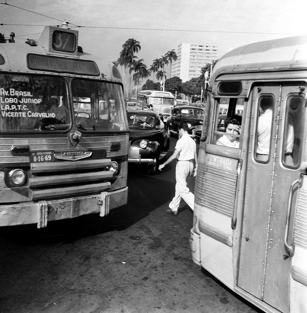 Onibus no Transito do centro do Rio de Janeiro antigo RIO-ANTIGO-22